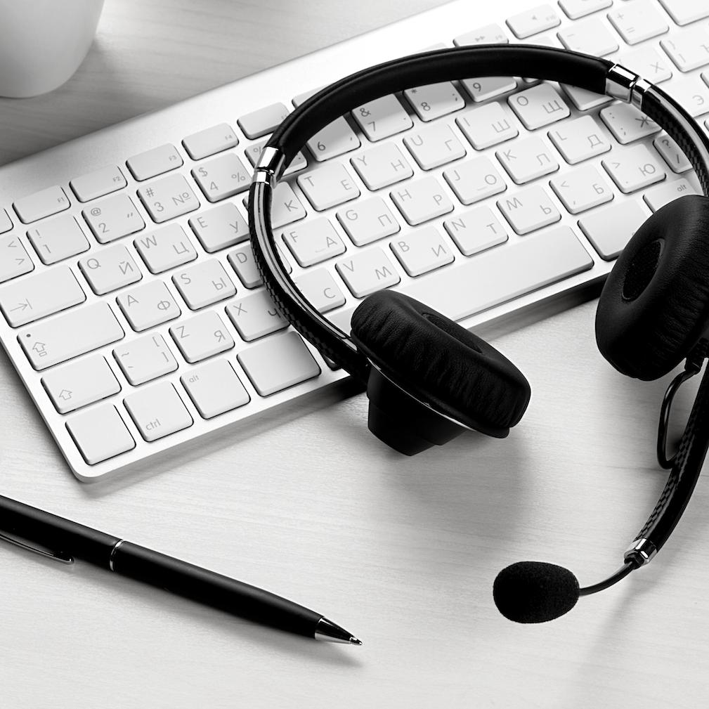 Onlinemeeting mit Headset, mobiles Arbeiten, Videokonferenz, digitale Transformation